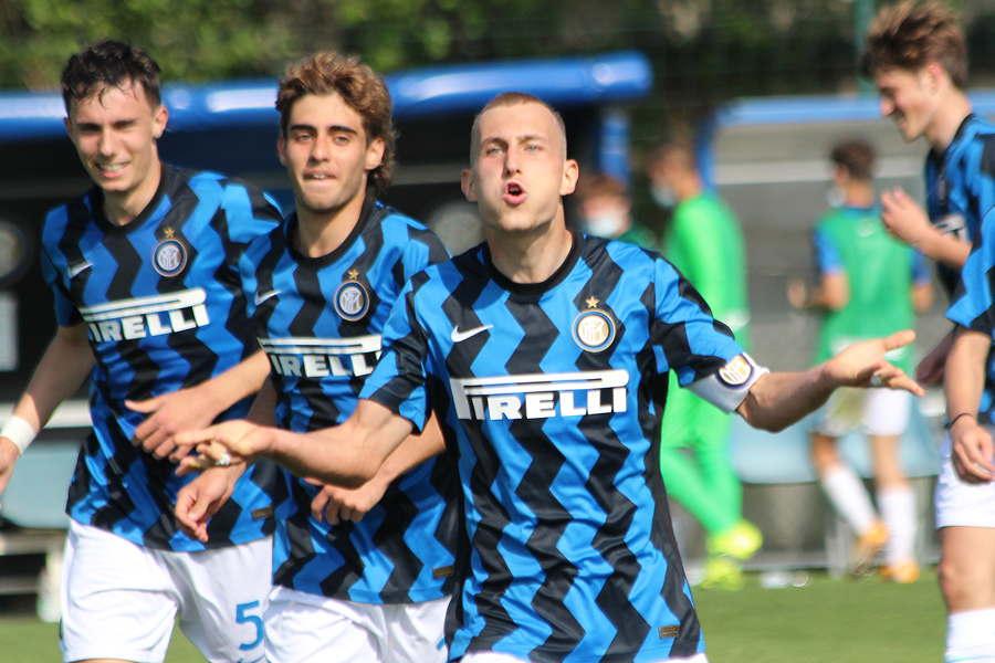 Inter-Milan Under 17: Andrea Pelamatti esulta dopo aver trovato il gol del 2-2